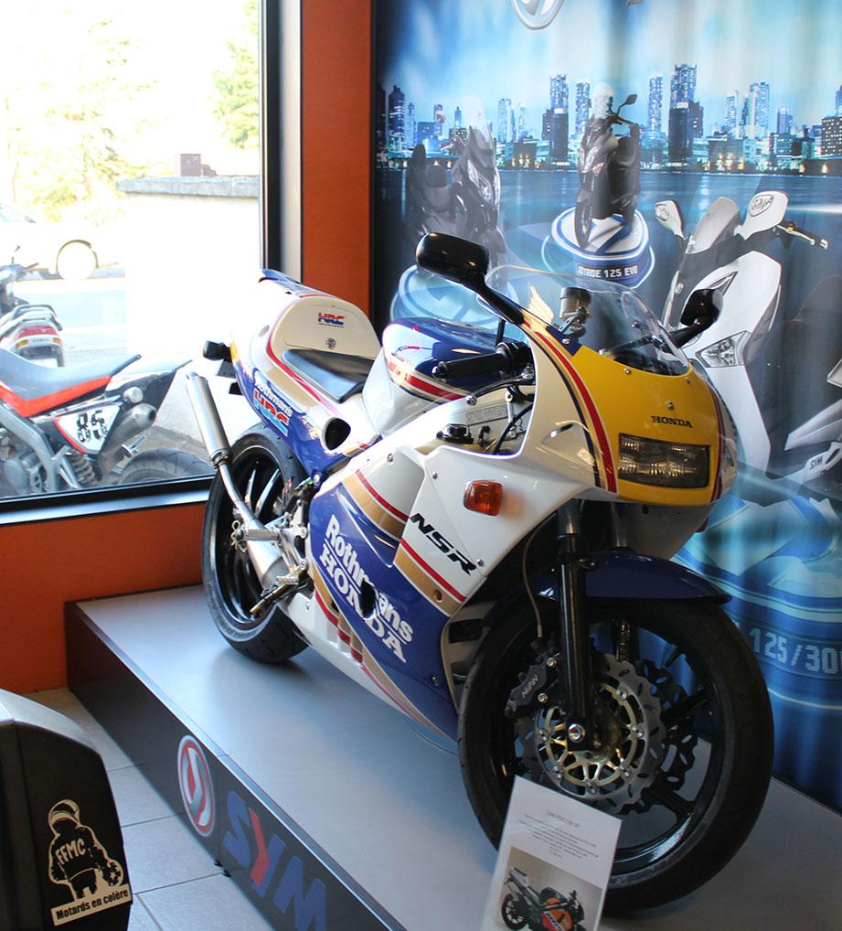 Exposition de moto sportive dans le magasin moto garage à Chemillé
