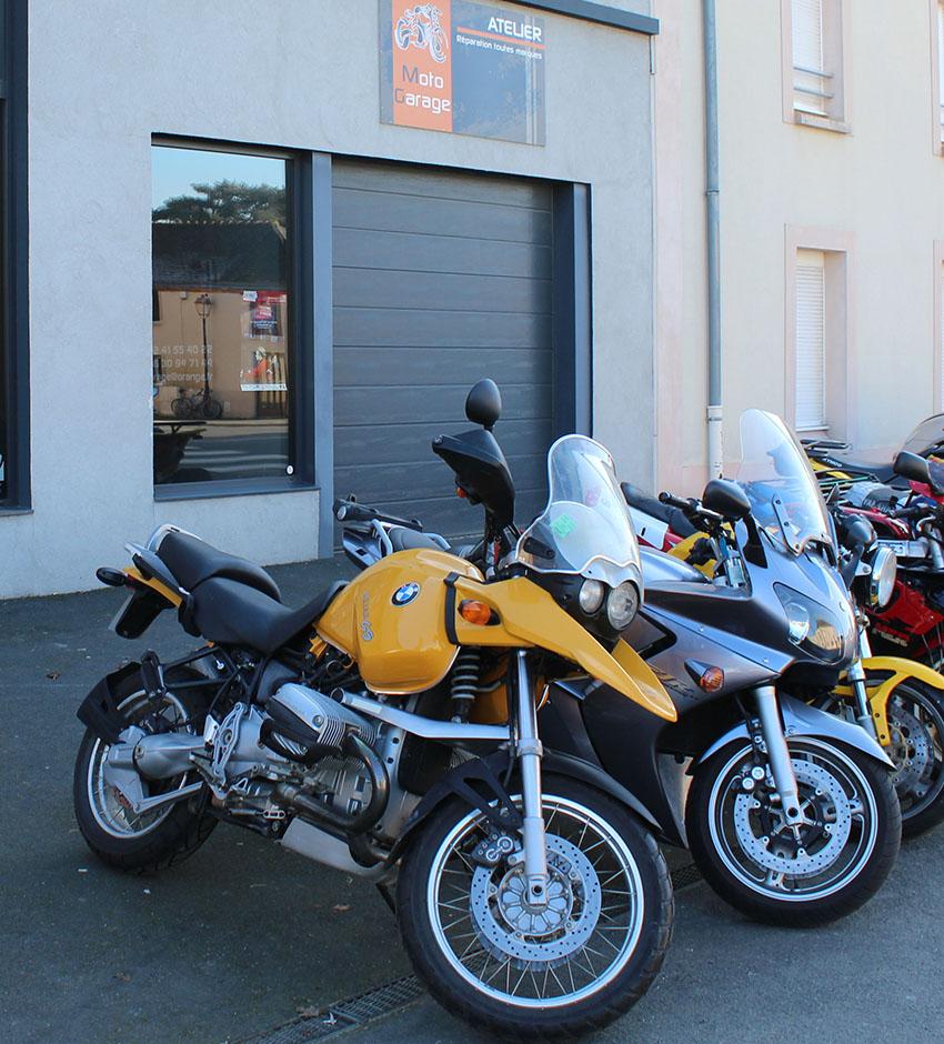 Exposition de véhicules en vente moto garage